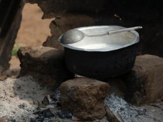 helpen koken en lokaal eten helpt bij het leven in Ghana ervaren