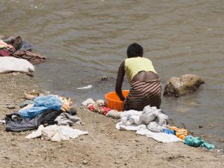 vrouw wast bij de rivier, een aspect van het Afrikaanse leven