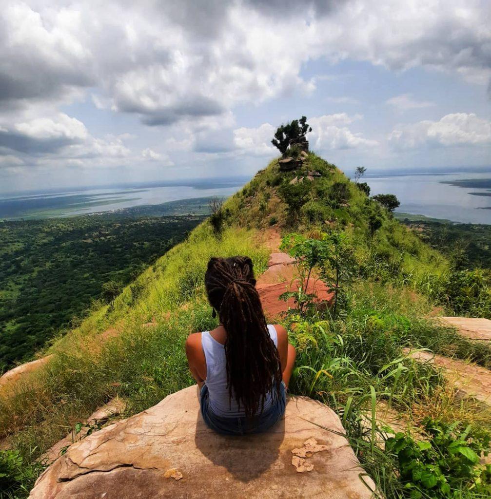 Ama zit op een prachtige berg in Ghana